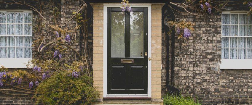 Portal rústico de entrada a vivienda típica británica