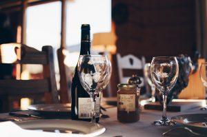 Mesa en restaurante con bebidas alcoholicas , vajilla y cubertería